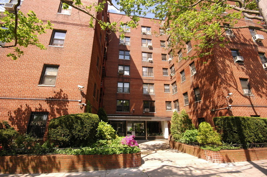 ALLURING* LARGE & SUNNY 1BR WITH PRIVATE DECK / SWANK LOCATION