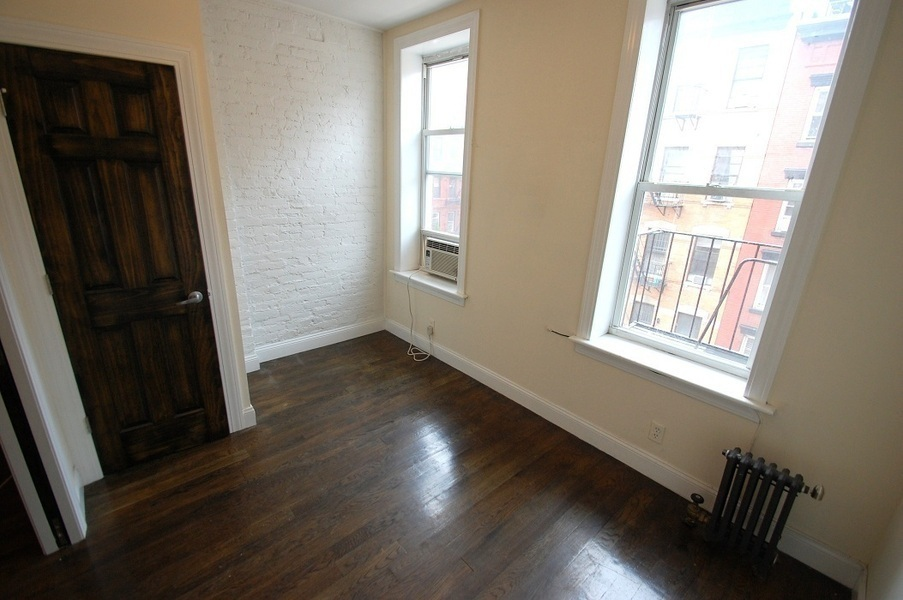 Renovated Two Bedroom WIth Granite Counters And Hardwood Floors