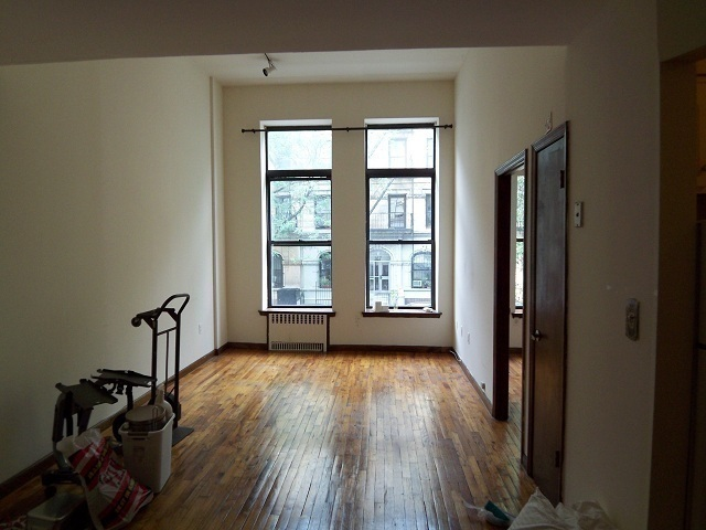 LARGE ONE BEDROOM ON W 80 ST ,ELEVATOR/LAUNDRY ON SITE ,CLOSE TO TH EPARK